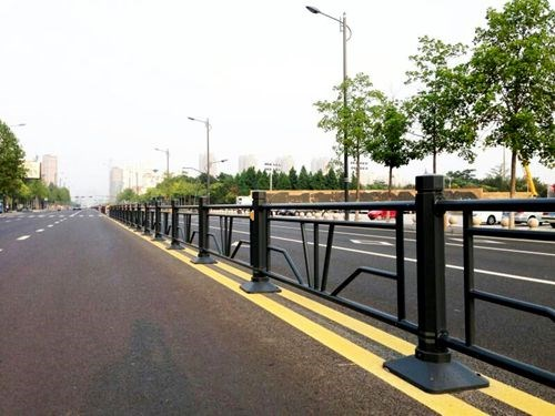 定做交通護欄安裝_專業隔離柵、欄、網