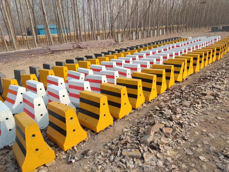 水泥隔离墩生产厂家_塑料-河南万象交通设施有限公司