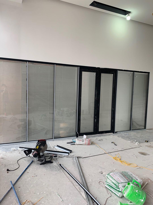 办公室活动玻璃隔断公司_隔断门相关-长沙泰镁装饰建材有限公司